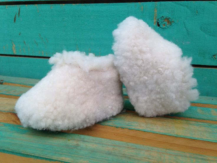 Pantuflas hechas a mano con 100% cuero de oveja proveniente de las regiones sur de Chile. Con capa de chiporro en el interior permite protegerte del frio. Increíblemente cómodas y cálidas, traerán una atmosfera natural y acogedora a tus momentos caseros.