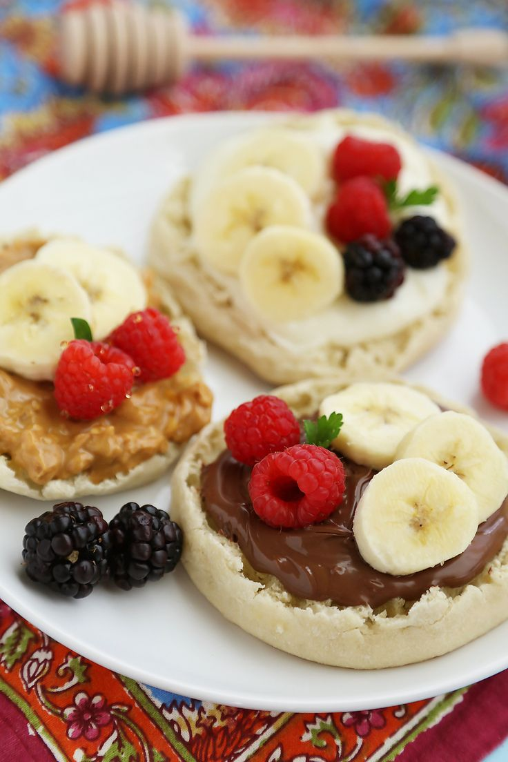 English Muffin Fruit Breakfast Pizzas - Spread with yogurt, Nutella or peanut butter and top with fresh fruit for a delicious morning treat! thecomfortofcooking.com