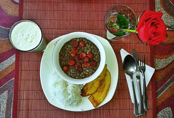 Home made lentils with Santarrosan sausages, sweet fried plantains and lulo juice.