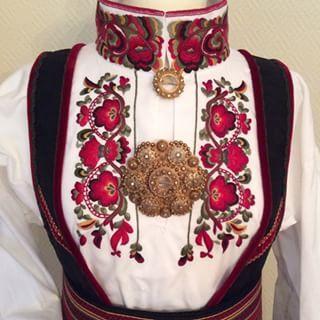 Rød bunadskjorte #bunad #bunadskjorte #beltestakk #bunadsølje