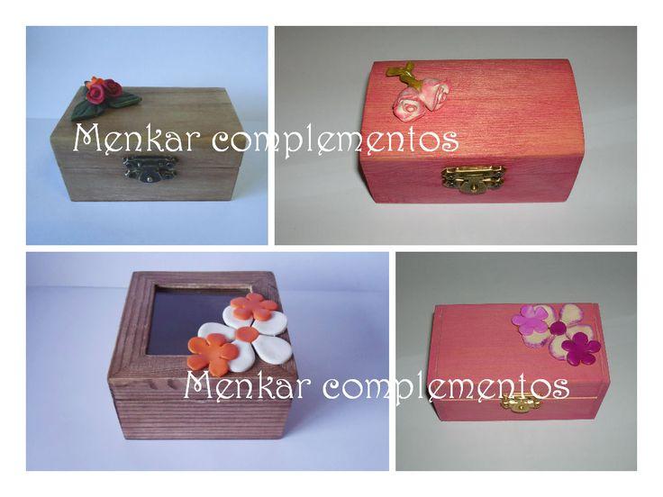 Pequeñas cajas decoradas con aplicaciones de fimo elaboradas artesanalmente.