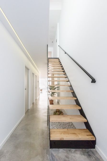 Escalera de madera y hierro en vivienda low cost de estilo nórdico - Chiralt Arquitectos Valencia