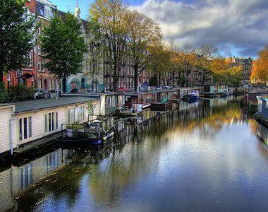 A tolerancia és sokszínűség városa, Amszterdam - Akik szeretnének egy erotikától fülledt várost látni, látogasson el Amszterdamba, azon belül is a híres Piros Lámpás Negyedbe, ahol a házaktól a hidakig valóban minden bíborszín fényárban úszik. Olvass tovább: http://www.stylemagazin.hu/hir/a-tolerancia-es-sokszinuseg-varosa-amszterdam/3565/