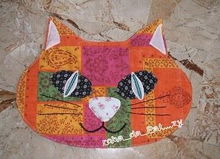 gatto di stoffa per proteggere il letto da peli indesiderati