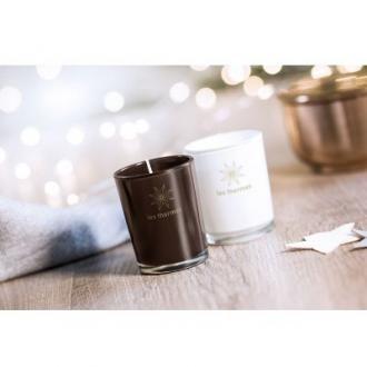 Lumanare parfumata #promotionala in pahar de sticla colorata. Lumanarea are aroma de lemn de santal si bumbac si poate fi #personalizata la comanda cu logo-ul dvs. pentru a fi oferita cadou in campaniile de promovare. Dimensiuni: Ø5X6cm.