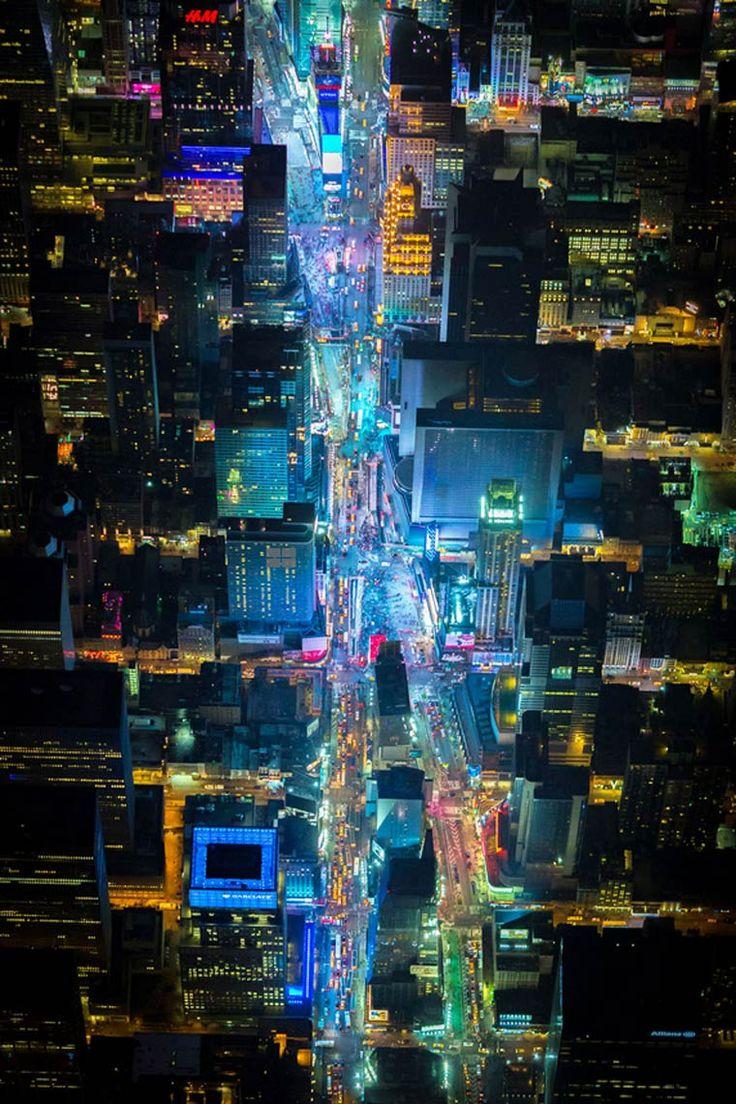 Night Over New York – De superbes photographies de New York vue du ciel…reépinglé par Maurie Daboux.•*´♥*•❥ڿڰۣ—