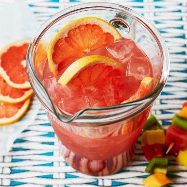 Satsa på populära drinken seabreeze som fördrink på festen, men bjud den som bål i stället för i glas. Smidigt när du ska ha många gäster, och vackert att ställa fram.