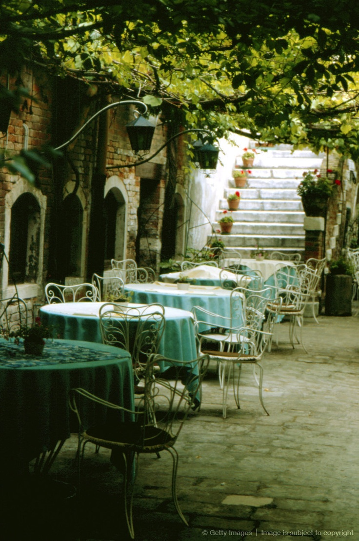 Image detail for -romantic cafe with round tables in garden. Let op de pergola met balken en druiven ipv dicht te maken.