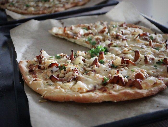 Sienestäjän pitsa. Metsäsienipitsa, jossa Koskenlaskija korvaa tomaattikastikkeen. Täytteeksi sopii esimerkiksi tatti, kantarelli tai suppilovahvero.