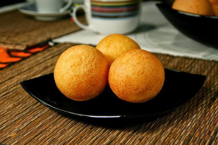 3 tazas de queso molido  1 ½ taza de harina de maíz  2 huevos batidos  ¼ taza de leche  1 cucharadita de azúcar  Aceite