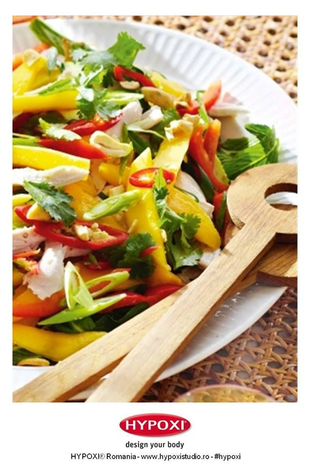 Carnea de pui in stil thailandez la tava cu salata de mere si mango este o reteta culinara ce imbina savoarea fructelor cu gustul aromat al puiului la cuptor. Yummy! #Hypoxi #HealthySkin
