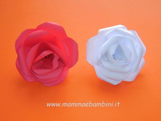 La rosa realizzata con carta in lavoretti e addobbi