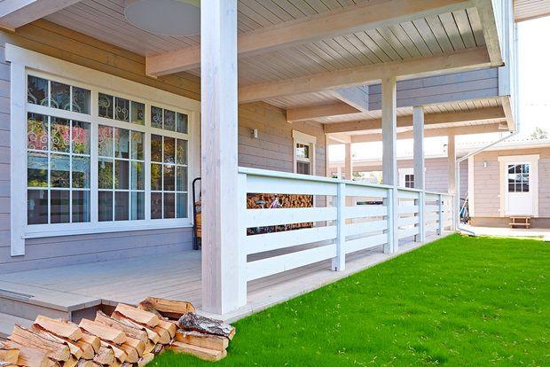 Панорамное остекление фасадов, лестница с ажурными перилами двусторонний камин в гостиной – архитекторы рассказывают, как превратить типовой дом в стильное и уютное загородное жилище