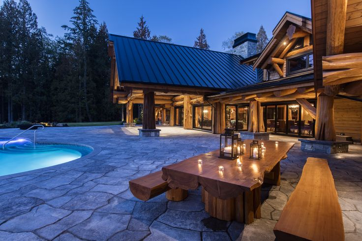 Feast your eyes on this impressive patio featuring Grand Flagstone Slabs.