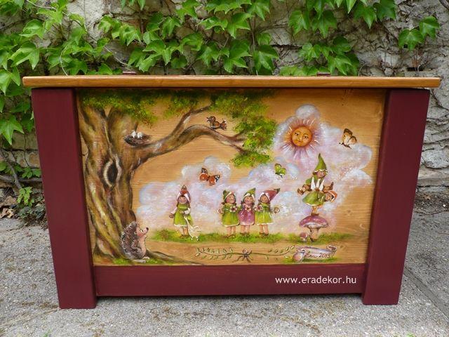 Nagyméretű tömörfenyő, manós-erdő állatai mintával festett, névre szóló játéktároló láda. Fotó azonosító: JATNAGYNOR09