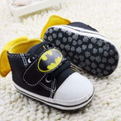 how cute! Batman shoes for the baby, complete with a little cape!! Available at dashing baby.com