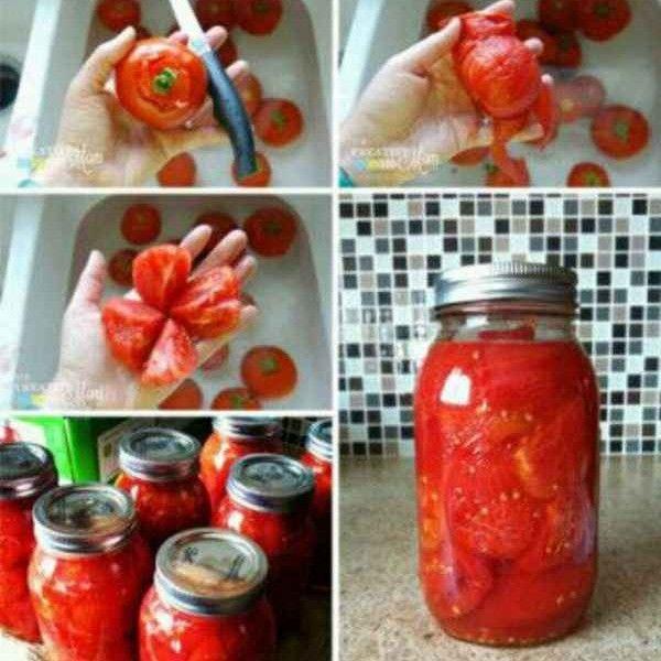 Tomates en conserva  1- Comienzamos hirviendo una olla grande de agua. Meter los tomates en agua hirviendo durante un minuto o dos. Cuanto más maduros son menos tiempo necesitan (No estamos tratando de cocinarlos sino que sea más fácil pelarlos).  2- Después de haber estado en el agua hirviendo, transferirlos al agua fría, y si es posible enfriarla con hielo. Tome un cuchillo y corte el núcleo del tomate. Luego pelar el tomate. La piel sólo debe deslizarse de la pulpa.
