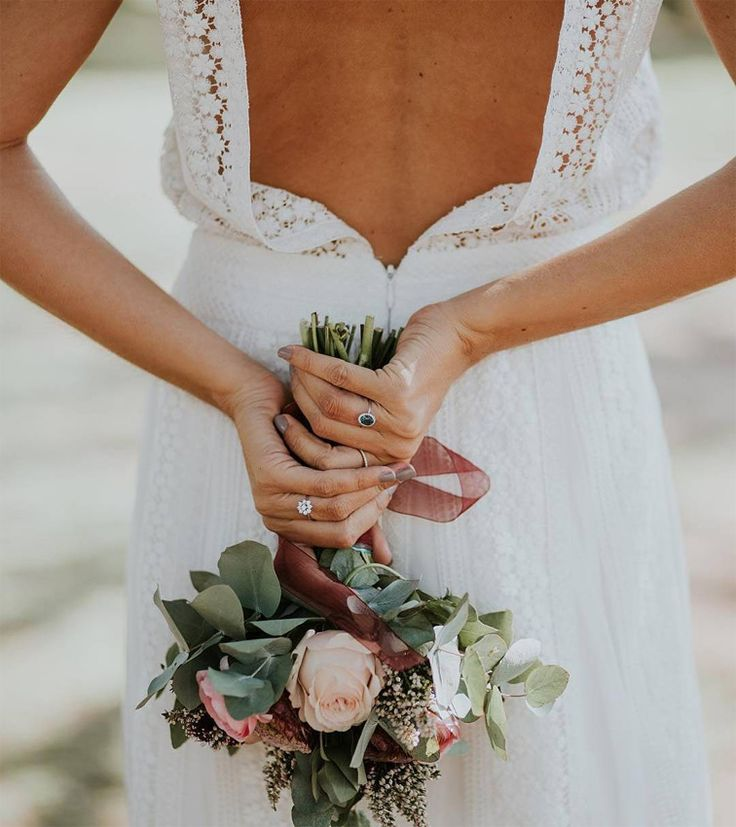 Sometimes it seems that every bridal magazine and every wedding site only offers options for size zero brides - but not Zankyou! Bridesmaid Flowers, Wedding Bouquets, Wedding Dresses, Boho Wedding, Wedding Bride, Wedding Wear, Alternative Bouquet, Plus Size Wedding, Bridal Style