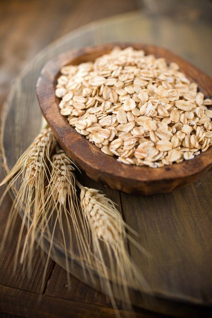 İyi Bir Antioksidan Olan Yulaf Kilo Vermeye de Yardımcı Oluyor ! Aysen Arıcan, yulafın faydalarını sıraladı. Demir, selenyum, manganez, çinko, E vitamini ve diğer B grubu vitaminlerinin iyi kaynağı olan yulaf, diğer tahıllara nazaran daha fazla çözünebilen posa içermesi ile öne çıkan bir tahıldır. Kolesterolü düşürebilen yulaf lifleri midede ve bağırsakta jelleşerek safra asitlerini bağlayıp atılmasını sağlarlar. Vücut yeniden safra asidi yapabilmek için de kandaki kolesterolü kullanır.