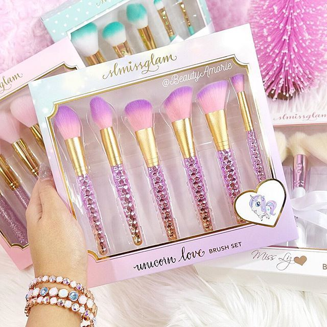 Hello beauties!♥We are here to make you fall in love with Glam & Gold beauty essentials! The most glamorous beauty brushes and mink luxe lashes out there!♥