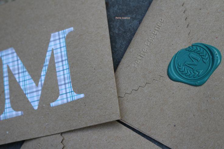 Sobre inicial M y sello lacrado inicial M