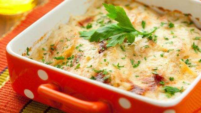 Postrúhajte zemiaky, polejte ich TÝMTO a výsledok? Nebesky chutná večera, ktorej sa nebudete vedieť dojesť | Casprezeny.sk