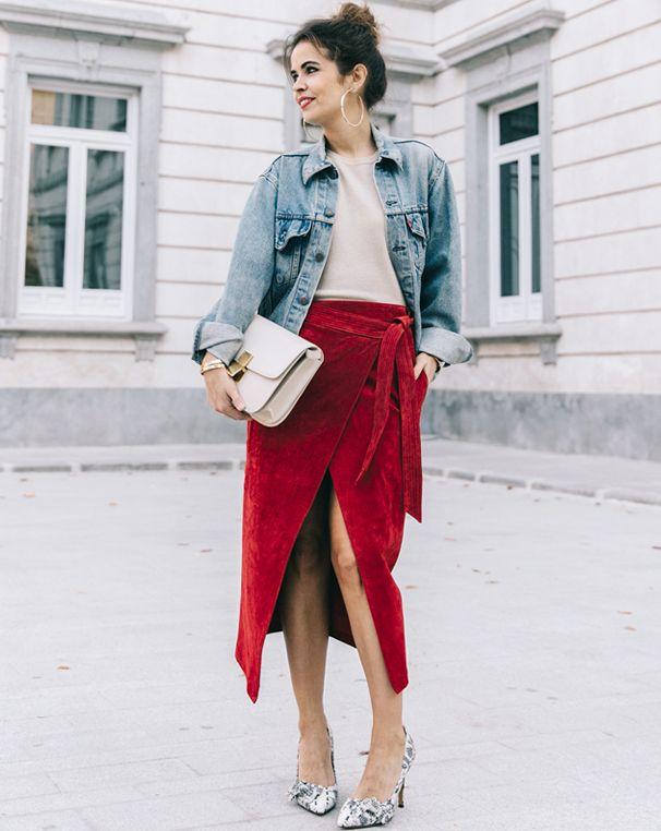Rien de tel qu'une ample veste en jean pour apaiser une jupe portefeuille en daim rouge ! (photo Collage Vintage)
