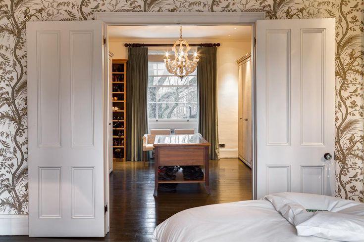 CABINA ARMADIO Accanto alla camera da letto una spaziosa area guardaroba. Il mobile centrale è illuminato da un lampadario antico in cristallo. Le pareti invece sono decorate da una preziosa carta da parati che riproduce stampe botaniche.