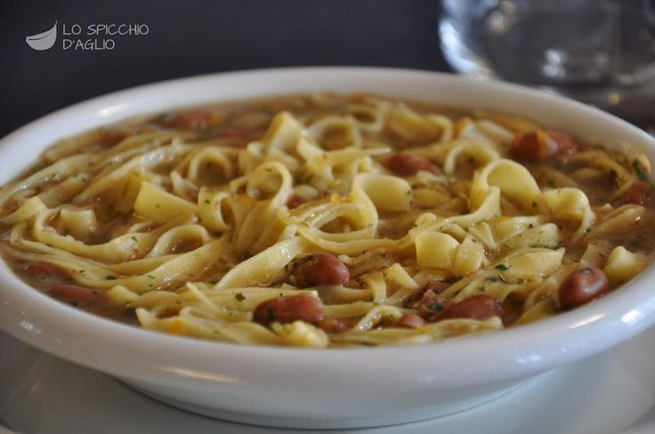 """La pasta e fagioli preparata secondo questa ricetta è molto veloce e semplificata, adatta alla cucina di tutti i giorni. Se si utilizzano fagioli in scatola preferire quelli cotti a vapore e sciacquarli prima dell'utilizzo. Ottimi quelli conservati sotto vetro. Per una preparazione più classica partendo dai fagioli freschi, oppure secchi ammollati, preferire la ricetta """"pasta con i fagioli freschi""""."""