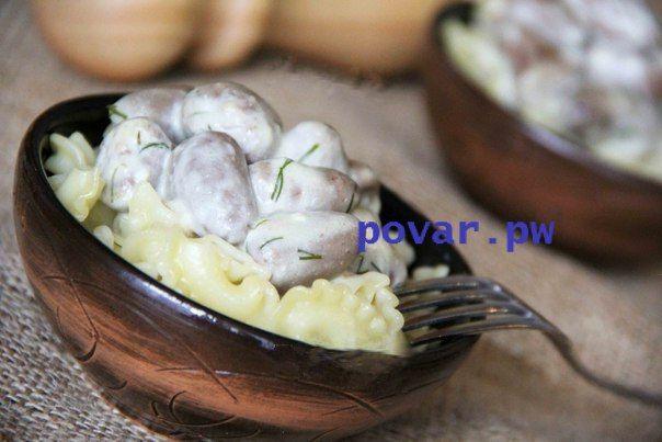 """Куриные сердечки в сырном соусе.  Не все любят готовить субпродукты, а ведь из них можно сделать много вкусных блюд. Хочу предложить вашему вниманию простой, но при этом очень вкусный рецепт приготовления куриных сердечек в сырном соусе. Сердечки получаются очень нежными и ароматными, а подать их можно с любым гарниром.  Для приготовления куриных сердечек в сырном соусе нам потребуется: куриные сердечки - 700 г; сметана 20% - 3 ст. л. (с горкой); плавленый сыр (""""янтарь"""") - 100 г; чеснок - 2…"""