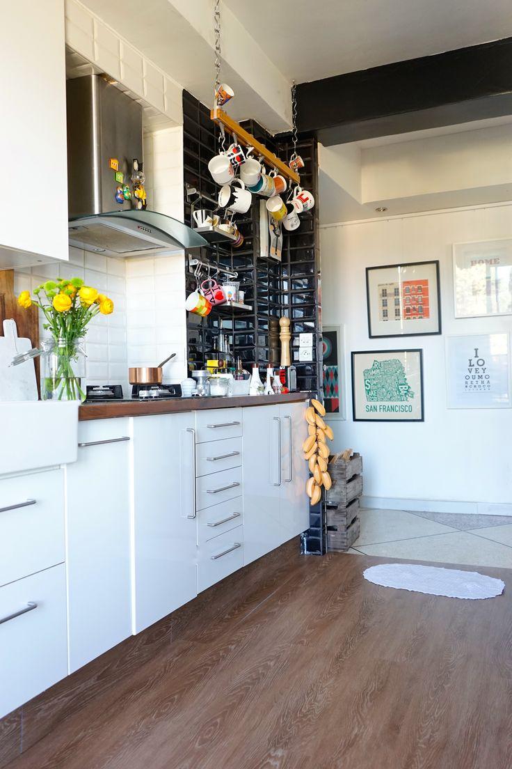 Aujourd'hui, nous vous faisons découvrir un avant/après un peu particulier : la blogueuse déco Juliana De Giacomi, du blog Découvrir Design (http://www.decouvrirdesign.com) utilise un de nos produits phares ( http://www.dessolsetdesmurs.com/sols-souples/182-windmoller-laguna-wood-alba-oak-cottage.html ) pour la rénovation de sa cuisine. Un produit réaliste, esthétique et simple à poser. Retour sur une transformation déco en images !