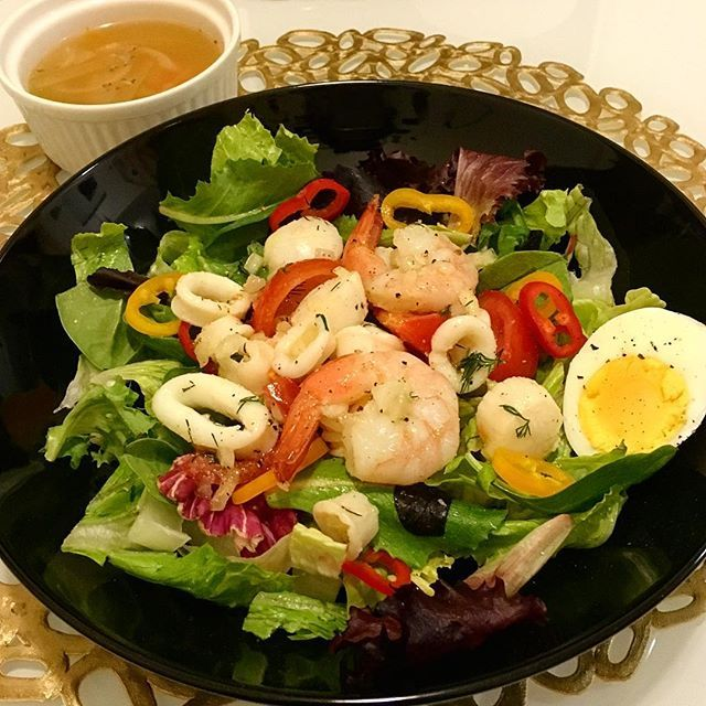 charustagram* Marinated seafood salad and soup but I couldn't finish even half of this...I guess I've been losing my appetite these days * * シーフードのマリネサラダとコンソメスープで夜ごはん半分も食べれへんかったけど、ディルの風味がきいてて美味しくできました❤️ * * * #dinner#hisaskitchen#seafoodsalad#eathealthy#healthylife#organic#onmytable#food#salad#foodporn#foodstagram#yummy#instagood#mondaynight#sickday#夜ごはん#サラダ#シーフード#おうちごはん#簡単ごはん#ローカロリー#食欲低下#アメリカ生活#海外生活#シーフードマリネ#ディル