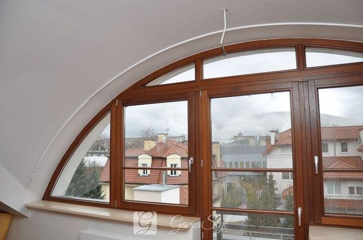 Karnisz KS zamontowany do sufitu z karon-gipsu, gięty w łuku. http://www.gamastyl.pl/oferta/karnisze-sufitowe-ks