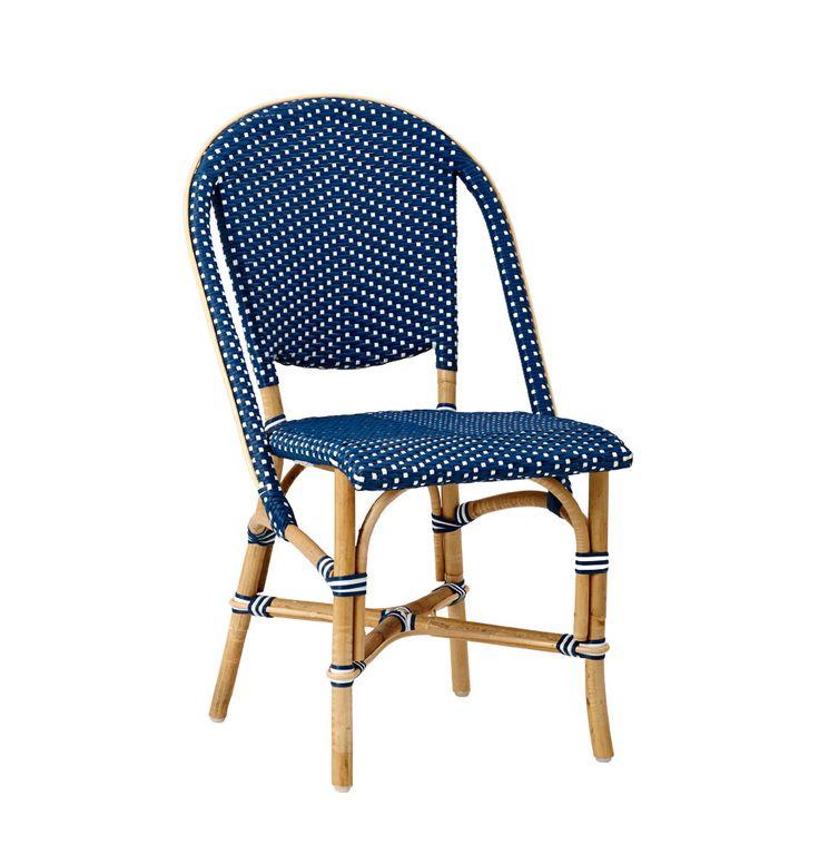 """Der französischer Bistrostuhl """"Sofie"""" bringt Farbe in den Garten! Aus natürlichem Rattan und im traditionellen Design gefertigt, erinnert der bequeme, blaue Stuhl an Strandcafés der Côte d'Azur. Tipp: Um auch im Herbst und Winter nicht..."""