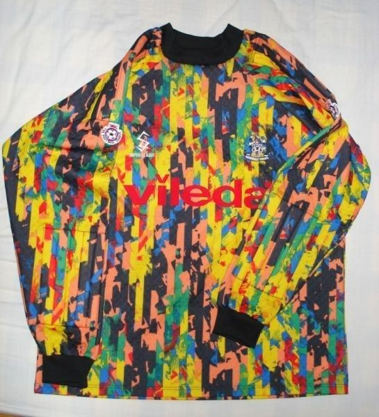 Huddersfield Town goalkeeper kit, 1993–94. | 37 Brilliantly Crap Football Kits That Could Only Have Happened In The '90s