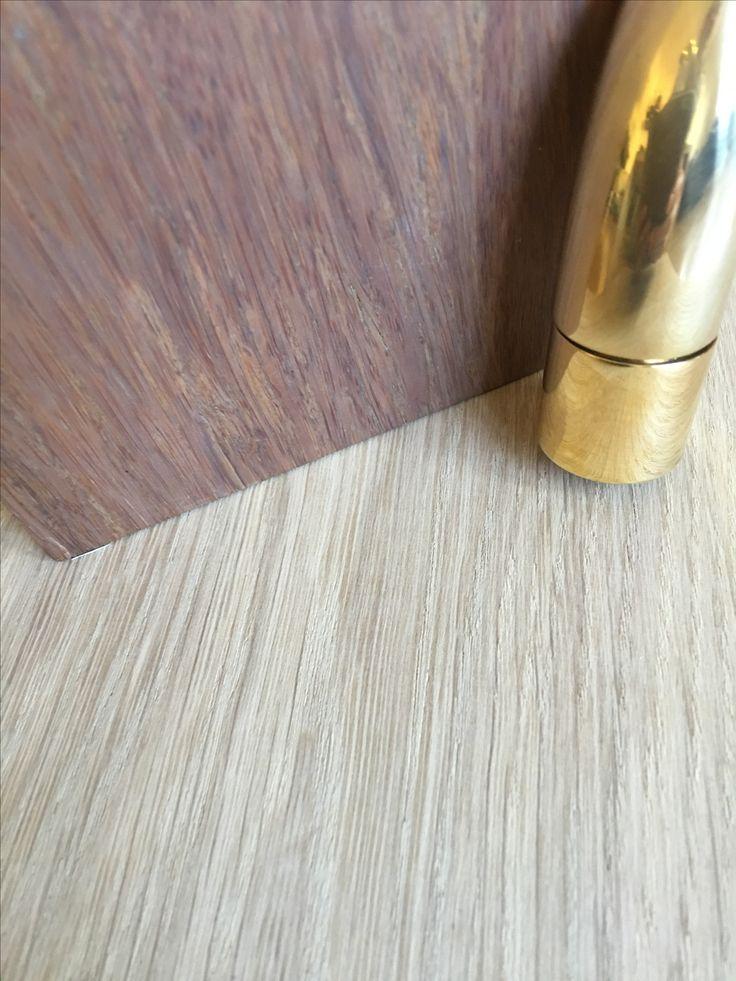 Kjøkken. Oljet natureik fra Skattekammeret på gulv, kjøkken i mørk bambus fra Ask&Eng, armatur i messing fra Tapwell, benkeplate hvit corian