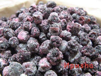 Цукаты из черноплодной рябины (аронии) 1-литровая банка черноплодки 1-литровая банка сахара 200мл воды 1 ч.л. лимонной кислоты 1/4 ч.л. ванилина Сахарная пудра Сварить сироп из воды и сахара. Залить ягоду и варить на среднем огне около 20 минут. В конце варки добавить лимонную кислоту и ванилин. Дать остыть в сиропе. ягоды в дуршлаг для стекания сиропа на 10-12 часов.Затем подвялим ягоды в духовке.