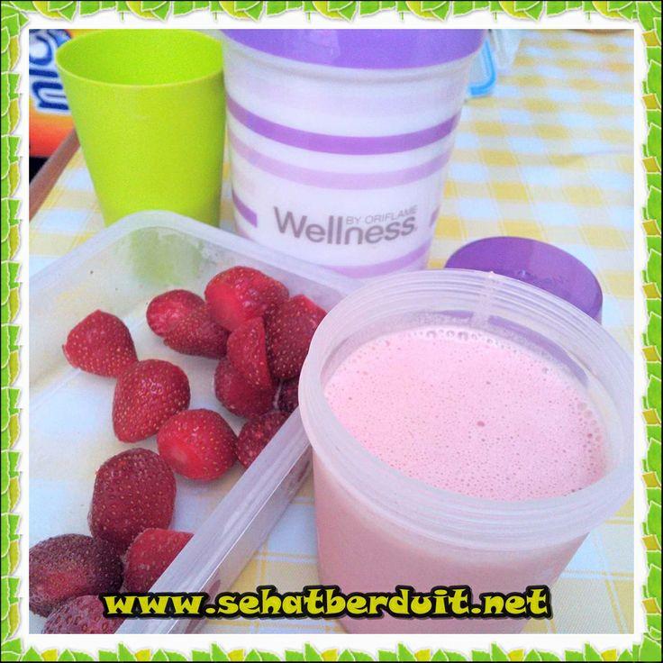 250 ml susu duingin + 5 butir strawberry + 1 scoop Nutrishake Strawberry