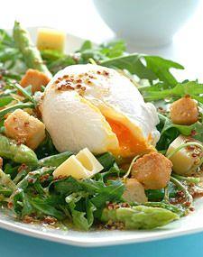 Aspargessalat med posjert egg og ost - Aperitif.no
