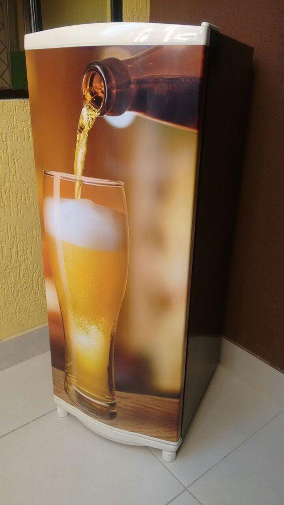 Envelopamento de geladeira com imagem de copo de cerveja