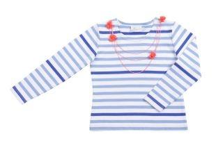Franela para niña en color blanco con rayitas azules claras y oscuras. Cuello redondo y mangas largas. Adorno imitando collar en color coral al frente.