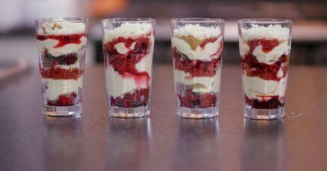 Dit is een dessert met karaktervolle laagjes: zurig fruit, zoete zachte mousse, knapperige kruimels, sap van rood fruit en wat witte chocolade. Stapel de ingrediënten op in een dessertglas en zet daarmee een boeiend nagerecht op de tafel. Deze trifle is een zoete zonde, en dat kan deugd doen…extra materiaal:een zeefeen keukenweegschaaleen vijzel (of blender)een raspglazen of coupes om in te serveren