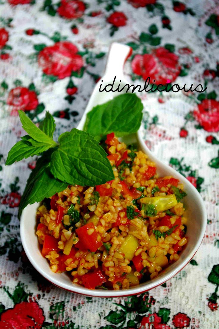 Bulgursalat, or bulgur salad, an oriental specialty, my version has some spicy twists in it. Check it out on my blog idimin.berlin in English and German. #cooking #bulgur #salad #healthy #vegan #vegetarian #vegetarisch #Sommer #summerdish #tasty #yummy #recipe #Rezept #oriental #orientalisch #Balkan #ajvar
