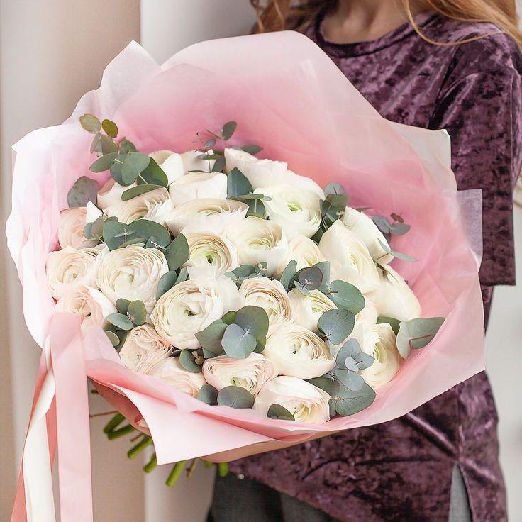 """Polubienia: 1,764, komentarze: 5 – букеты цветы оформления МОСКВА (@flowerslovers.ru) na Instagramie: """"ранункулюсы Ханой✨идеальные! дополнены ароматным эвкалиптом и хрустящей бумагой! для вашего 8…"""""""