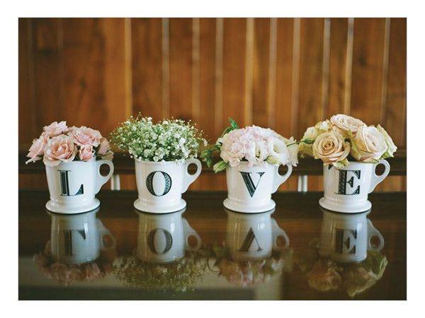 Centros de mesa para boda en tazas con letras