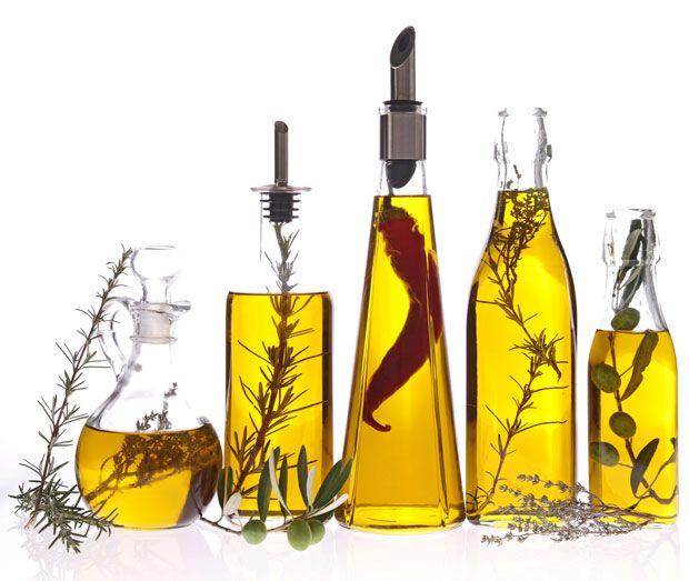 Ingrediente esencial de la Dieta Mediterránea que se clasifica en diferentes categorías según su calidad: Aceite de Oliva Virgen Extra, Aceite de Oliva Virgen, Aceite de Oliva y Aceite de Orujo de Oliva.