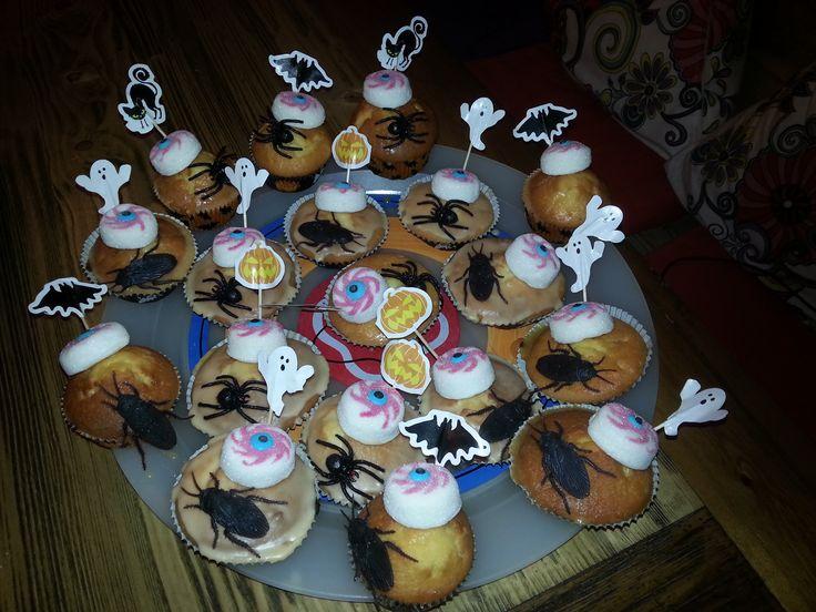 Halloween traktatie. Cupcake met spekje in oogvorm en nep spinnen en kakkerlakken (Xenos)