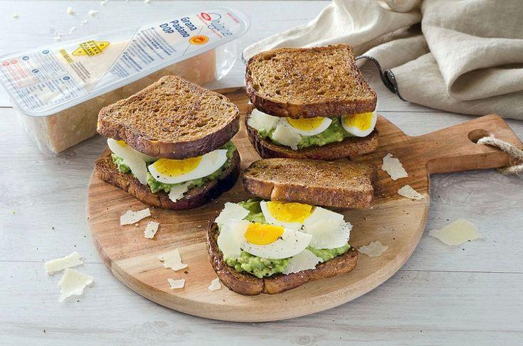 French toast con avocado, uova, scaglie di grana padano