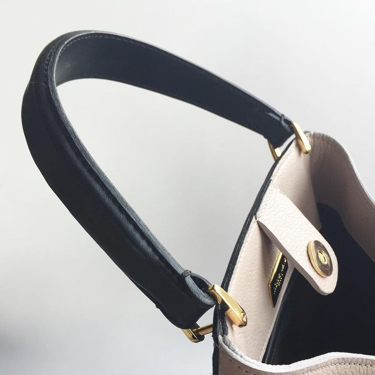 LA DORADA TOTE in detail. isidoramalva#handcrafted #handbags #bags #tote #handmade #detail #italianleather #leather #cuir #diseñocolombiano #colombian #accessories #designer #madeincolombia #contemporarydesigner
