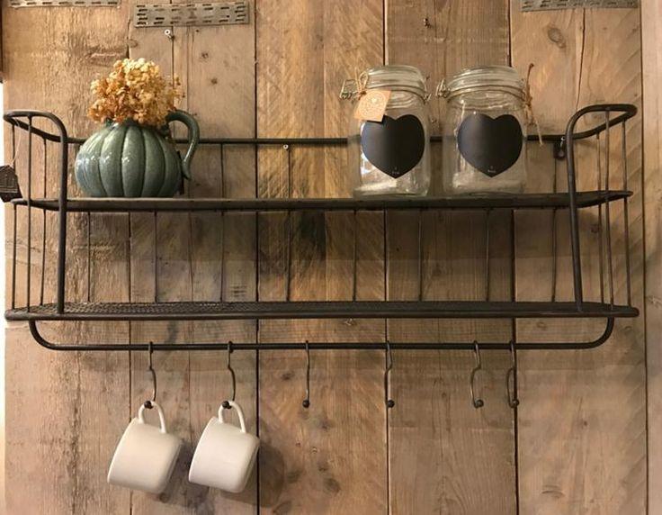 Foto: Industriële bakkersrek / wandrek met stang en 6 verschuifbare haken. Dit rek is voorzien van een legplank en een rooster wat een mooi effect geeft aan het rek. Het wandrek plaats je gemakkelijk in de keuken, woon- of werkkamer, of als extraatje voor op de slaapkamer. Dit Wandrek is een mooie decoratie voor in je huis en zijn voor meerdere doeleinden bruikbaar. Past heel goed in een sober en stoer maar zeker ook modern interieur. 80 x 37 x 17. Geplaatst door zuzzenzowonen op Welke.nl